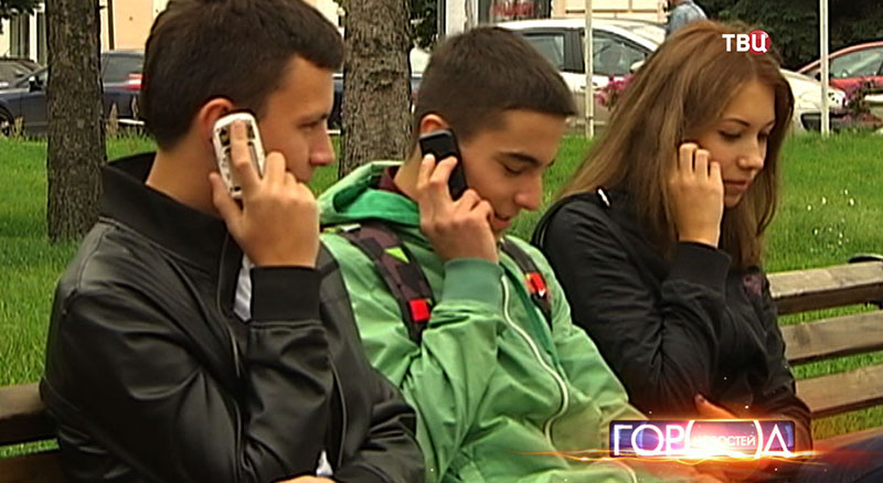 Люди разговаривают по телефону