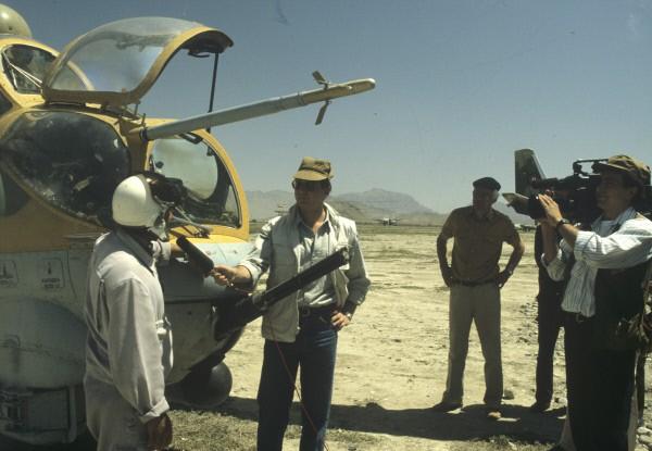 Иностранные журналисты беседуют с экипажем вертолета Ми-24