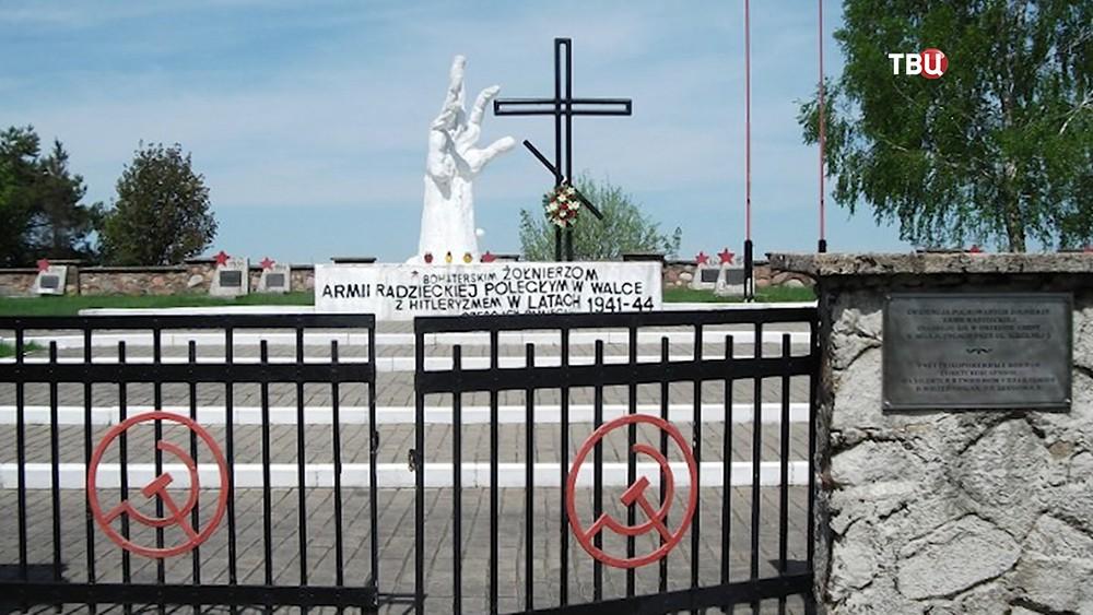 Оскверненное кладбище воинов Красной армии в Польше