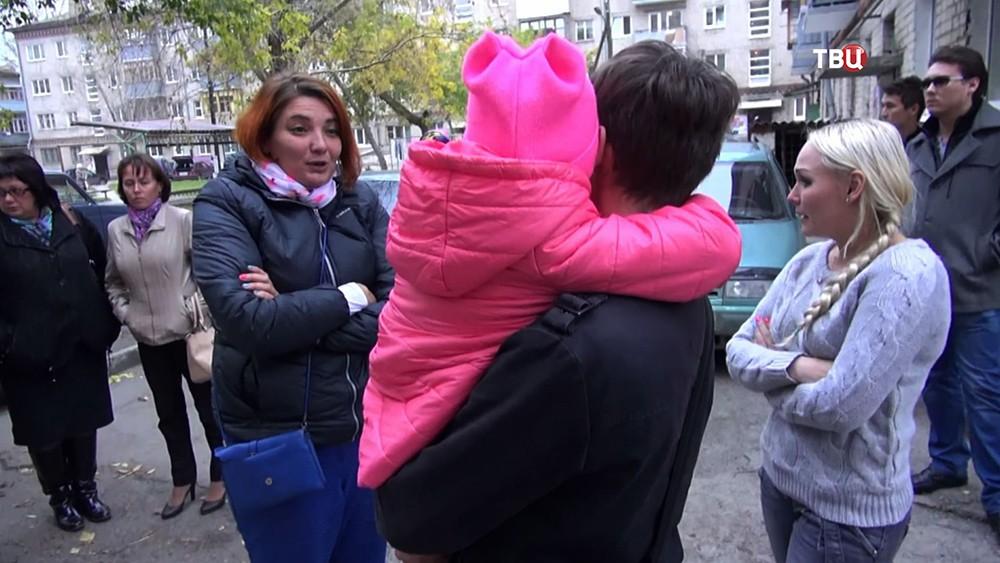 Биологическая мать девочки и приёмные родители