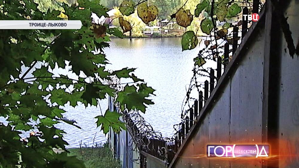 Перекрытая забором набережная в Строгино