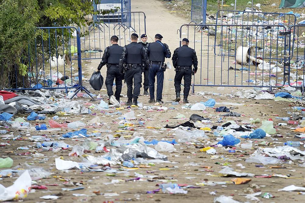 Европейская полиция на месте лагеря для мигрантов