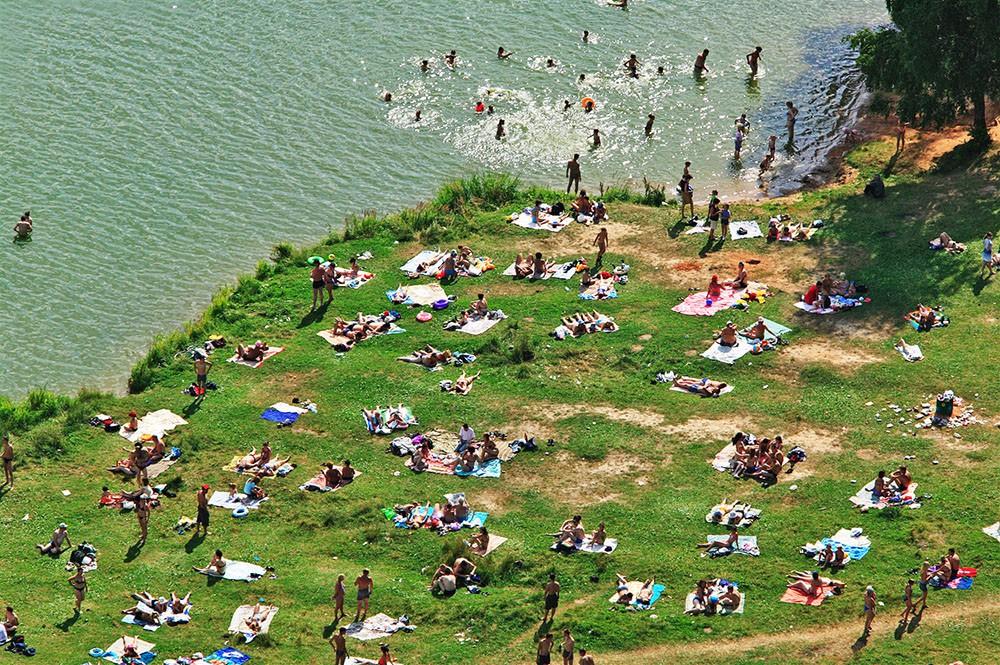 Люди отдыхают на берегу