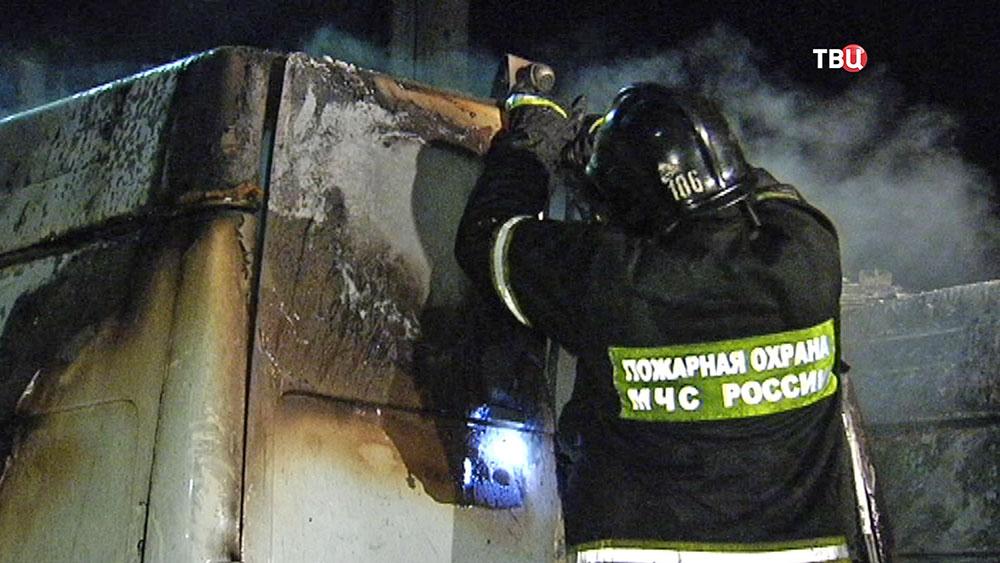 Пожарные на месте возгорания автомобилей