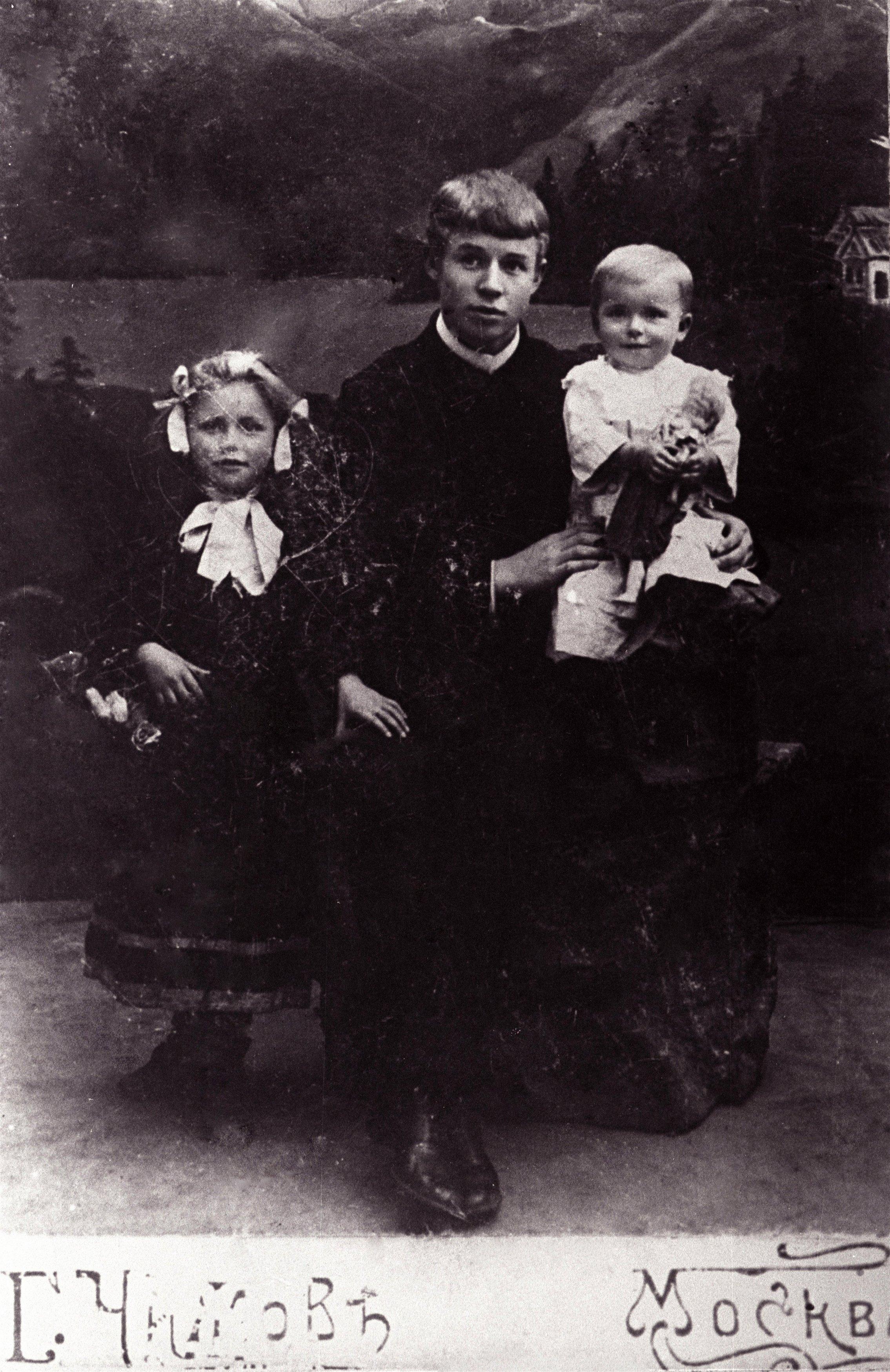 Сергей Есенин Сергей с сёстрами Катей и Шурой. 1912.