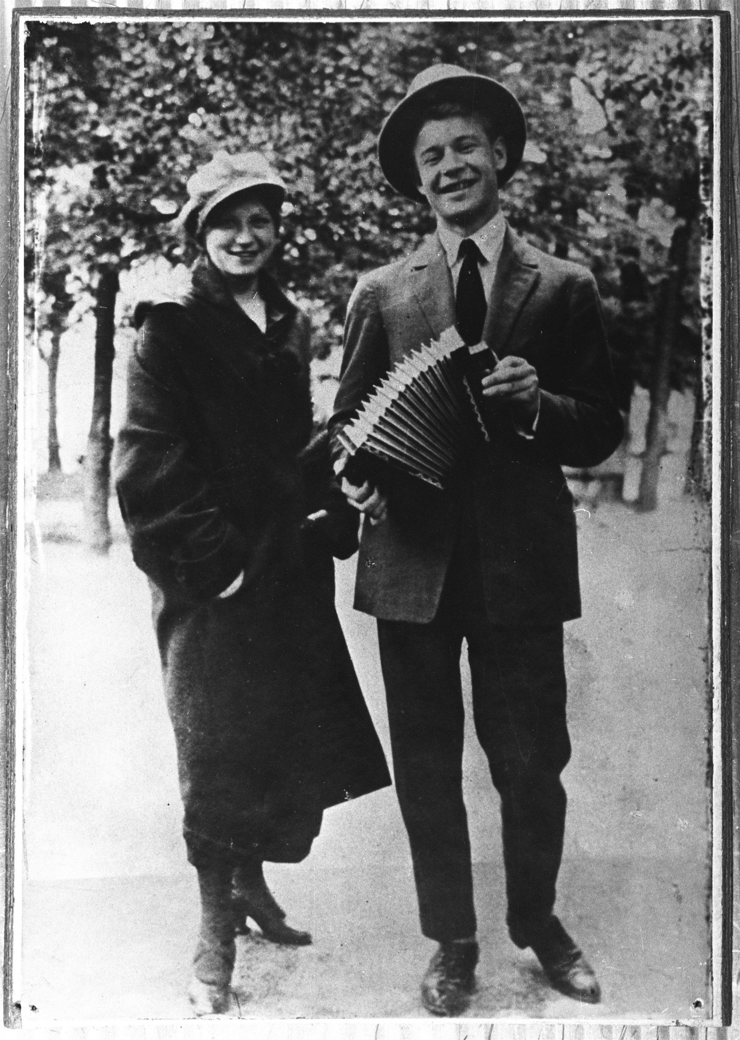 Сергей Есенин с сестрой Екатериной прогуливаются по Пречистенскому бульвару в Москве. 1925.