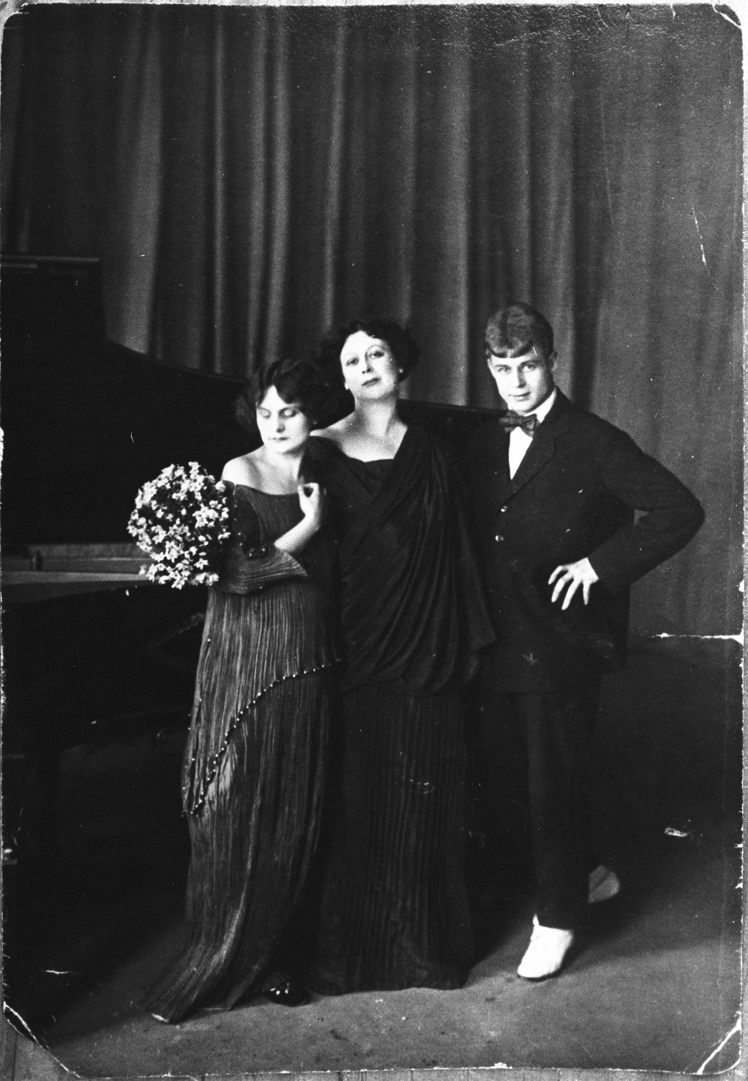 Сергей Есенин с Айседорой Дункан и её приемной дочерью Ирмой. 1922.