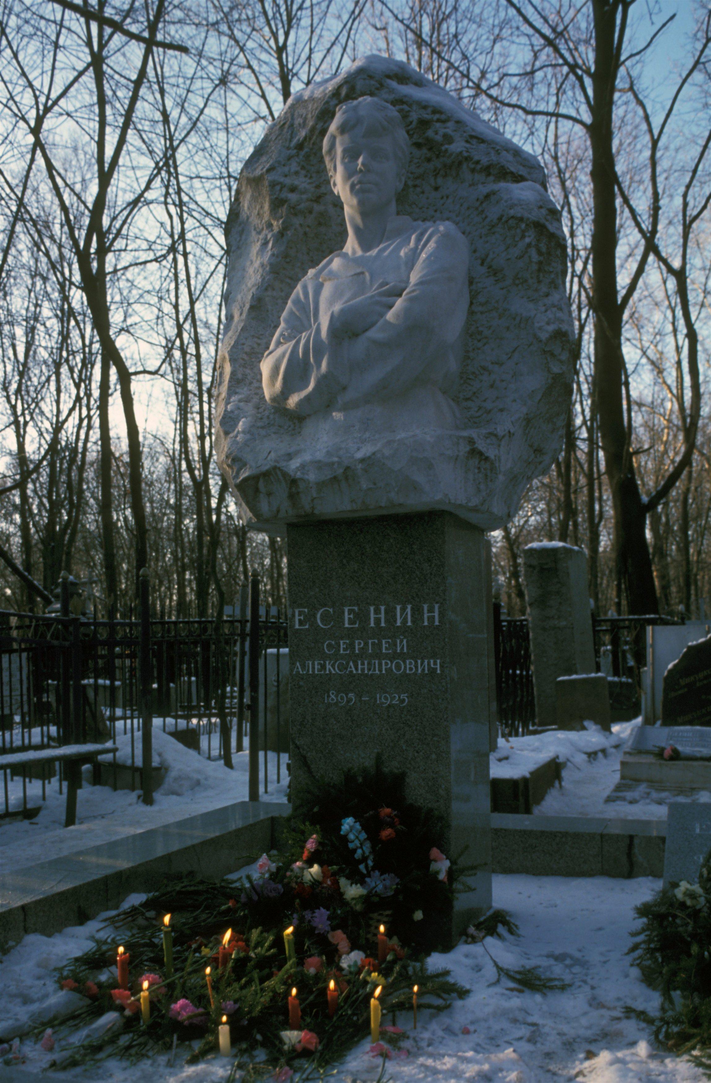Памятник Сергею Есенину на Ваганьковском кладбище. Москва. Россия.