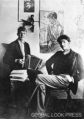 Поэт Сергей Есенин и драматург, прозаик и поэт Сергей Городецкий. 1915 год.