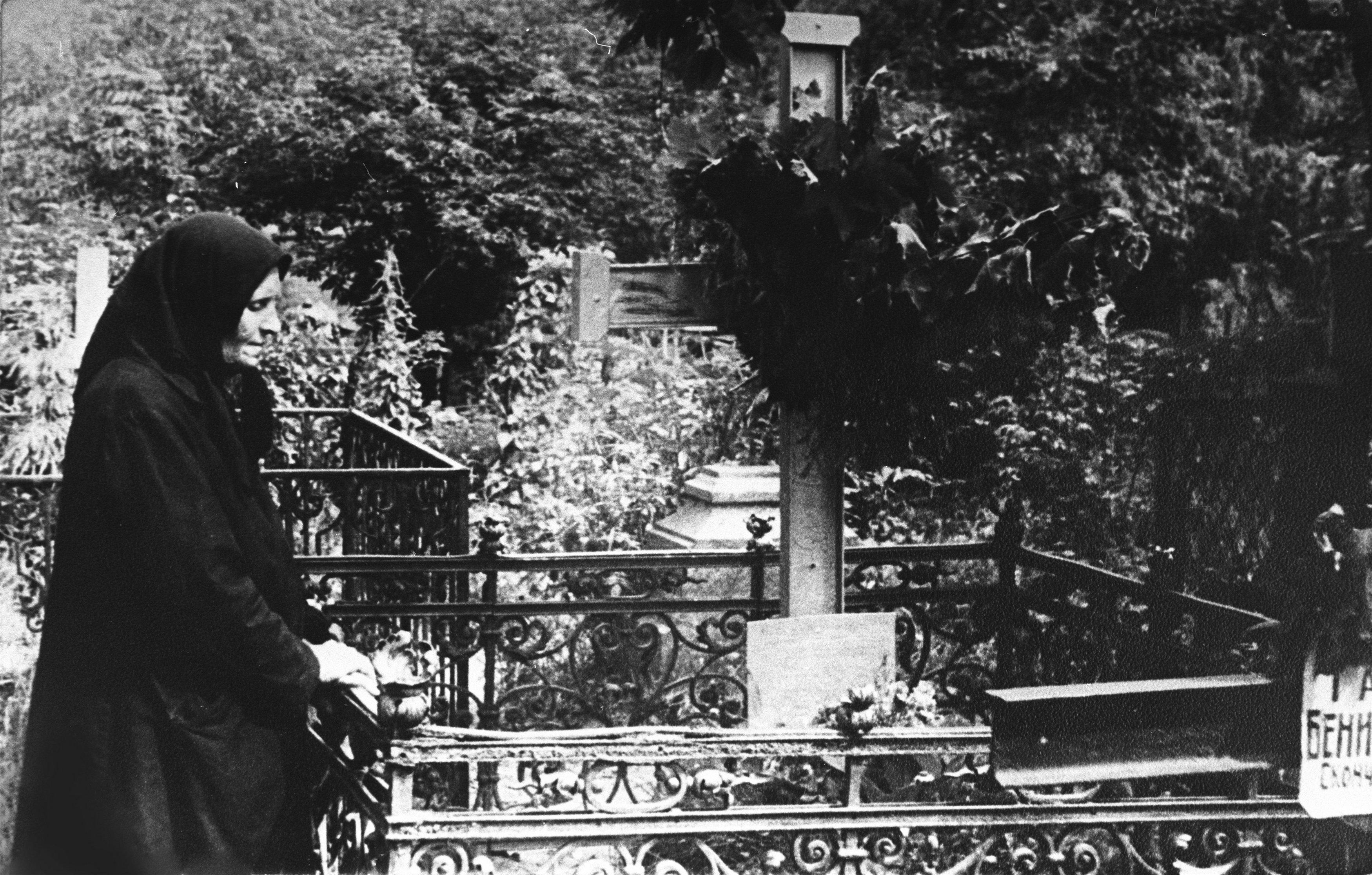 Мать поэта Сергея Есенина рядом с могилой сына.