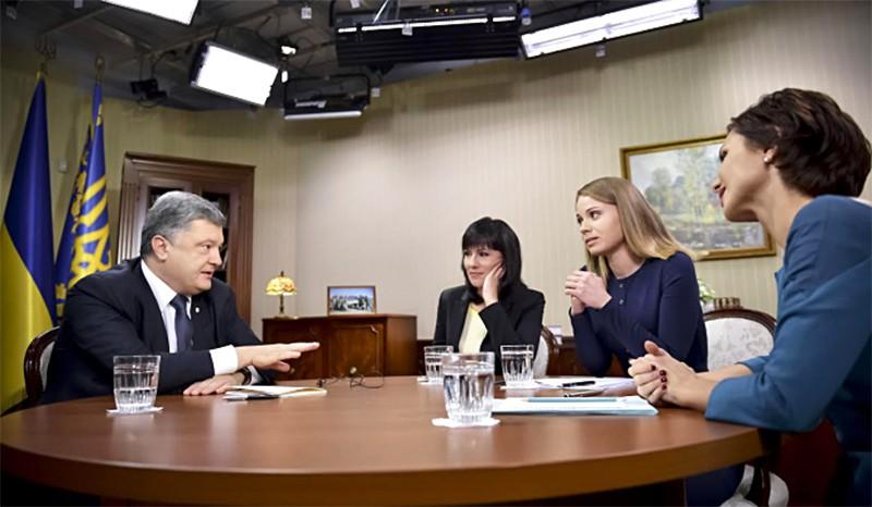 Президент Украины Пётр Порошенко общается с журналистами