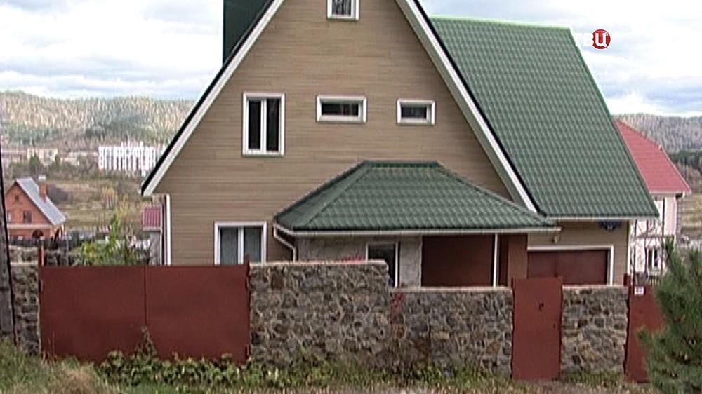 Дом в Миассе, в котором жил подозреваемый в убийстве матери подросток