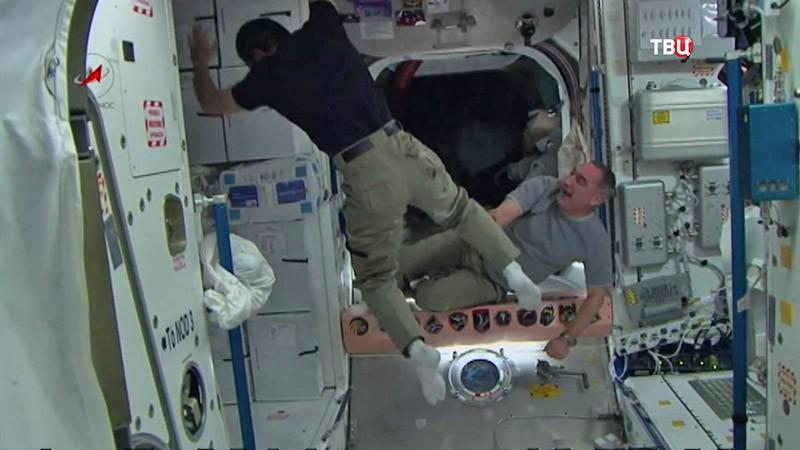 Космонавты показывают цирковые трюки на орбите МКС