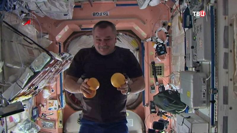 Космонавт показывает цирковые трюки на орбите МКС