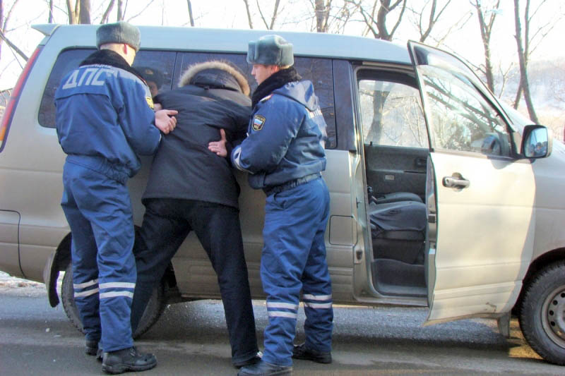 Инспекторы ДПС проводят задержание