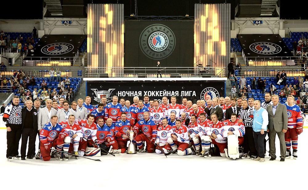 Президент РФ Владимир фотографируется с участниками матча между сборной командой чемпионов Ночной хоккейной лиги и сборной Правления и почетных гостей Ночной хоккейной лиги