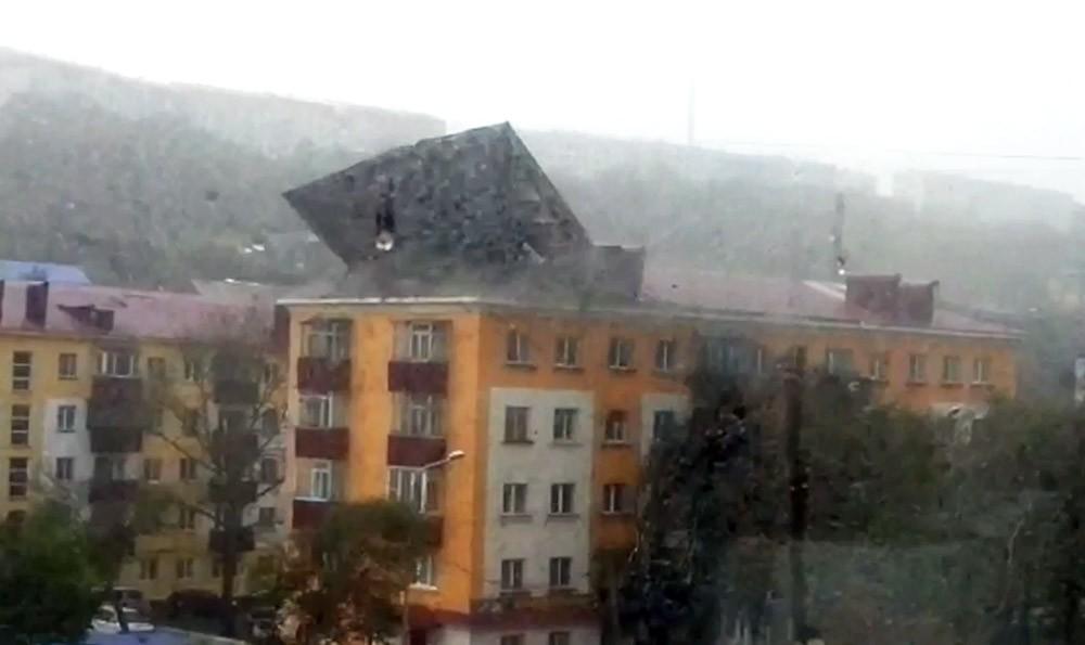 Штормовой ветер срывает крышу с жилого дома