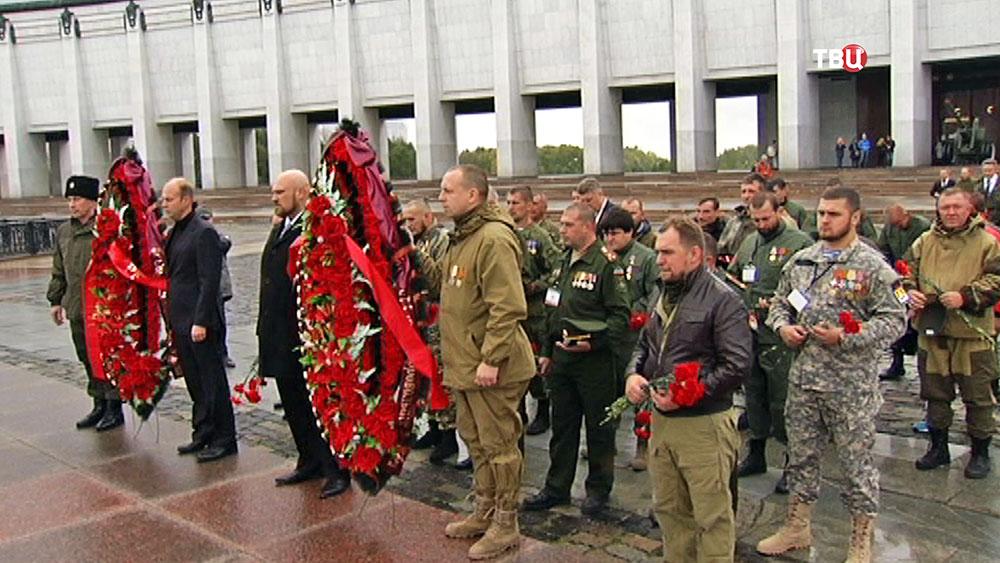 """Члены """"Союза добровольцев Донбасса"""" возложили венки к Вечному огню на Поклонной горе"""