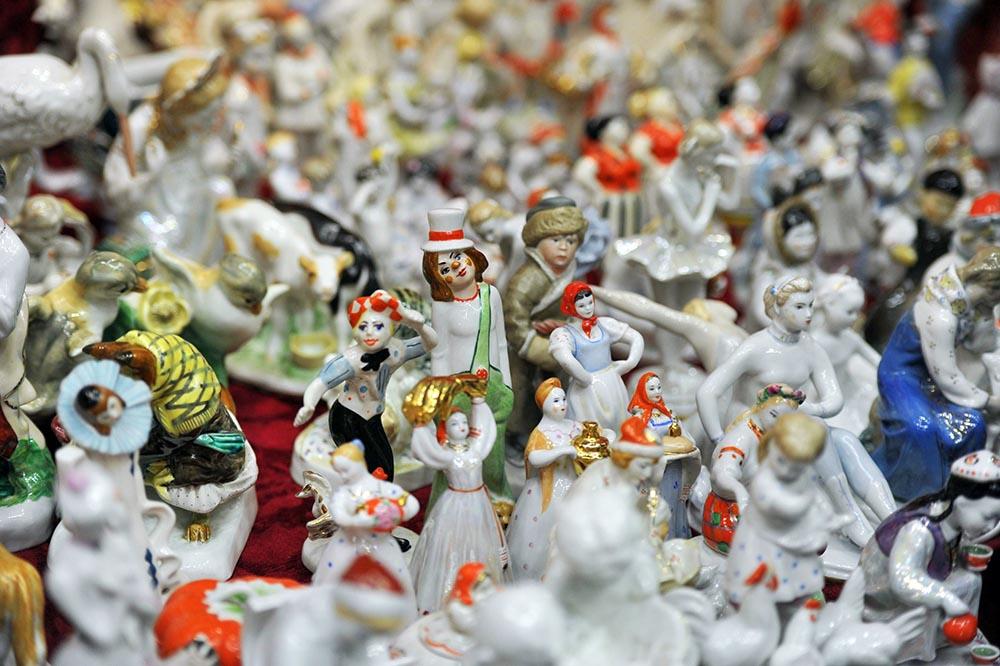 Антикварные фигурки на блошином рынке