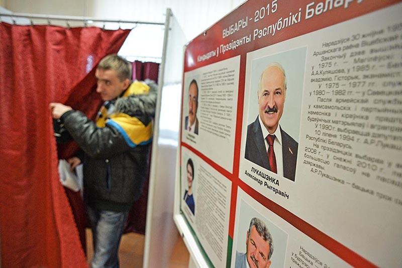Мужчина на избирательном участке в Минске во время выборов президента Белоруссии