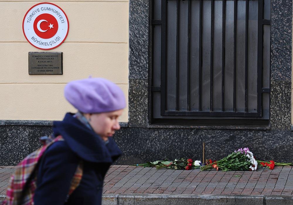 Цветы у посольства Турции в Москве в память о погибших во время теракта в Анкаре