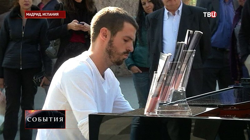 Житель Испании играет на фортепиано