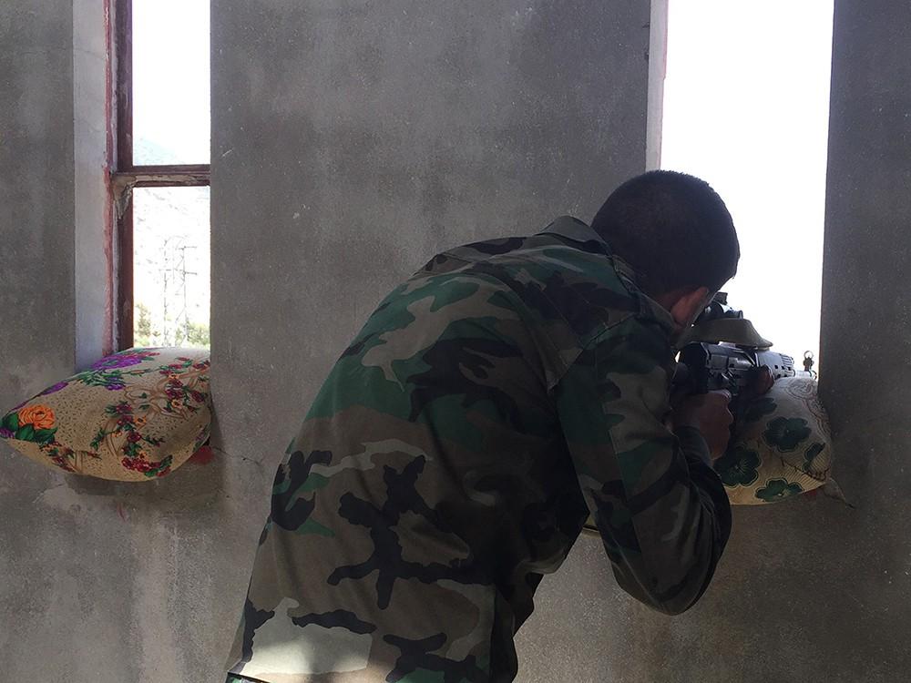 Сирийский военный ведет огонь по позициям боевиков