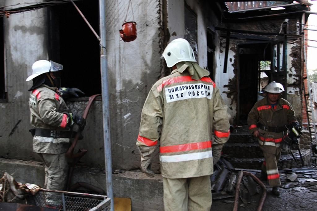Сотрудники МЧС ликвидируют пожар
