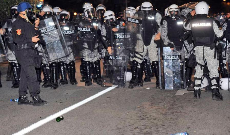 Полиция Черногории во время массовых беспорядков