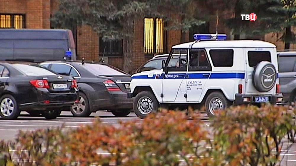 Машина полиции у здания Красногорской администрации
