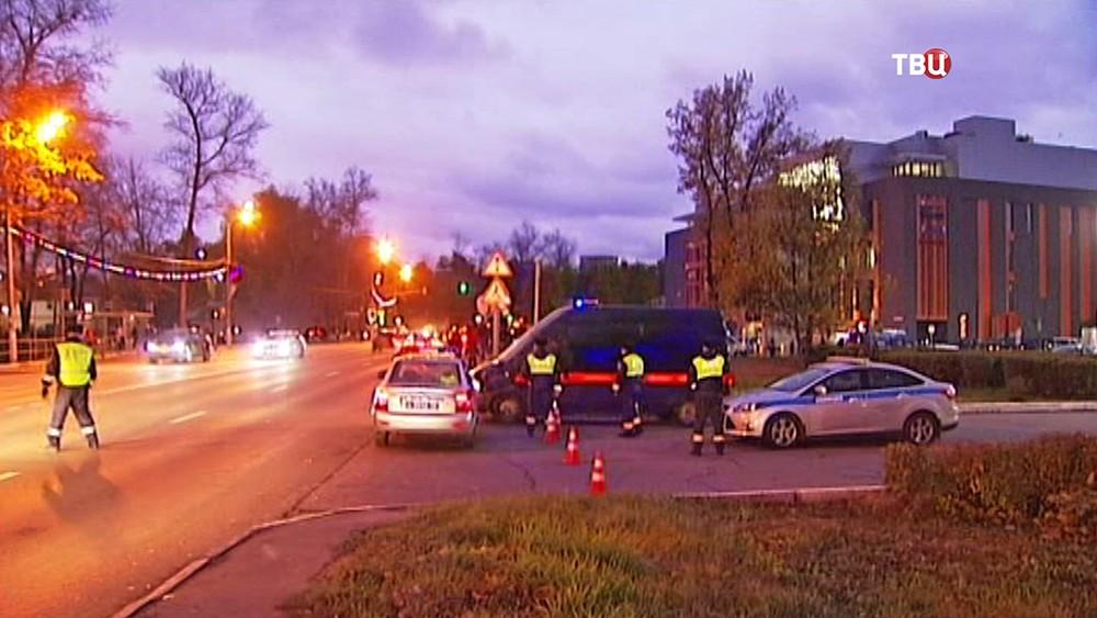 Машины СКР и полиции у здания городской администрации Красногорска