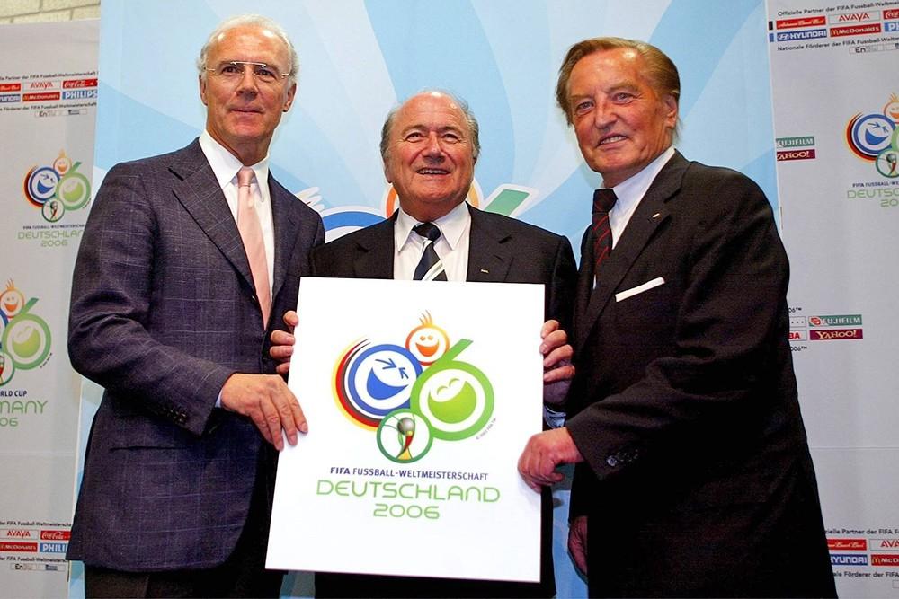 Герхард Майер Форфельдер, Йозеф Блаттер и Франц Беккенбауэр представляют официальный логотип Кубка мира 2006 года в Германии