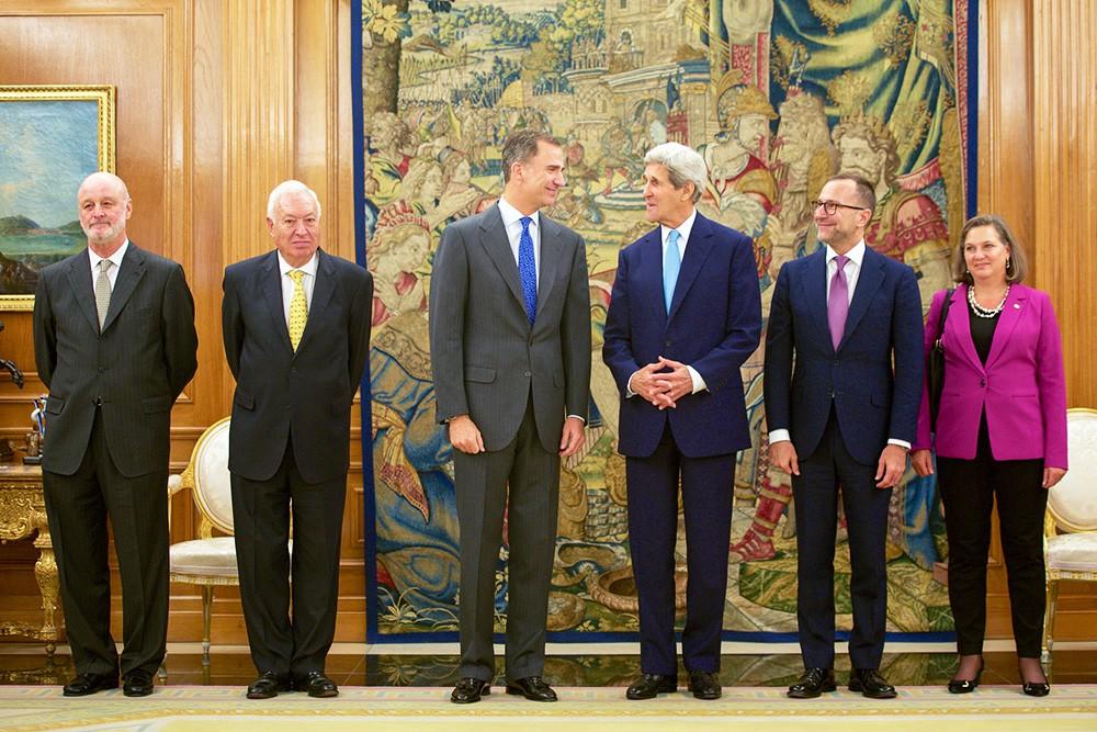 Посол Испании Хиль-Касарес, глава МИД Испании Хосе Мануэль Гарсия-Маргальо, король Испании Фелипе VI, госсекретарь США Джон Керри, посол США и помощник госсекретаря США Нуланд