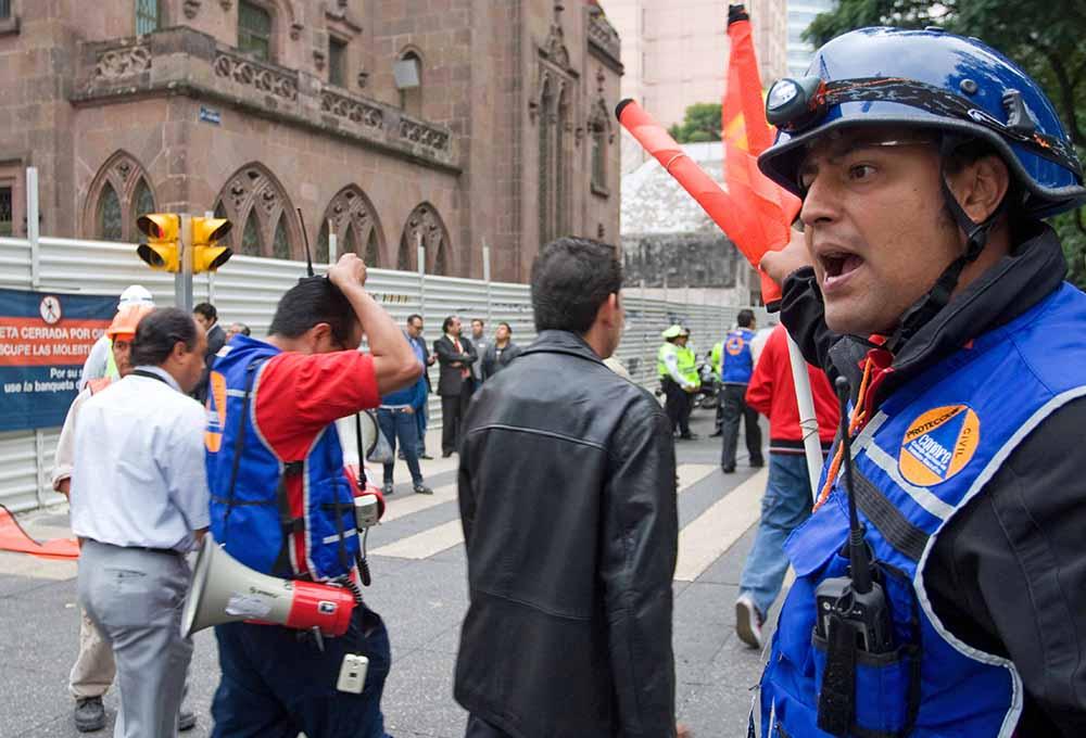 Спасатели в Мексике проводят эвакуацию
