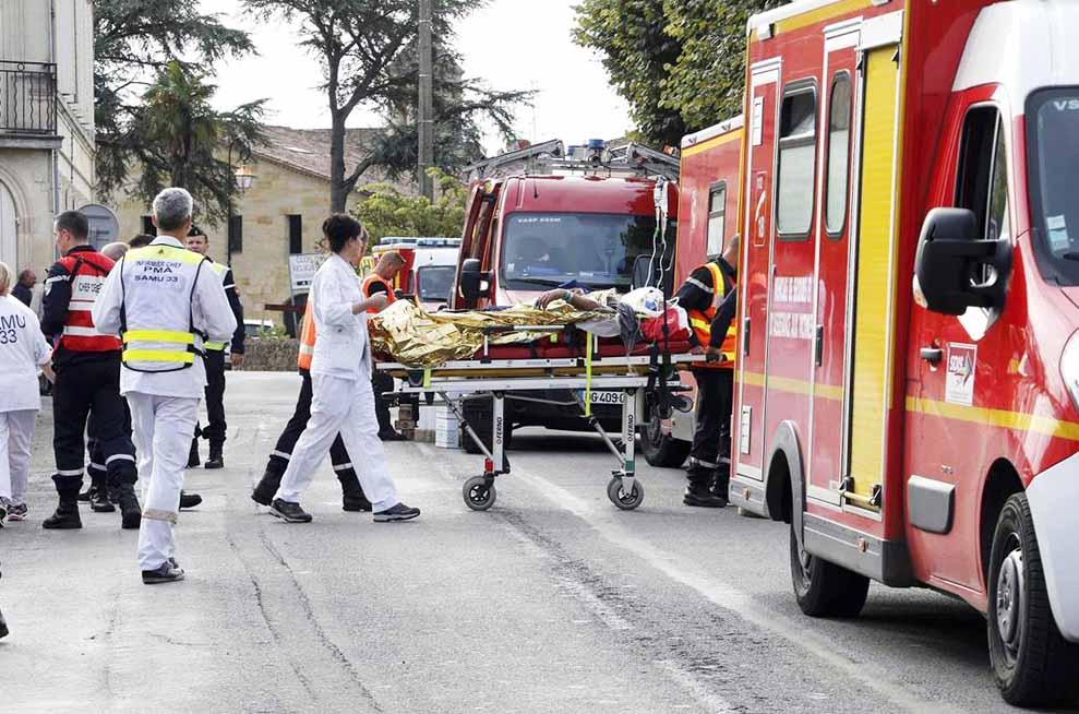 Врачи и спасатели на месте происшествия во Франции