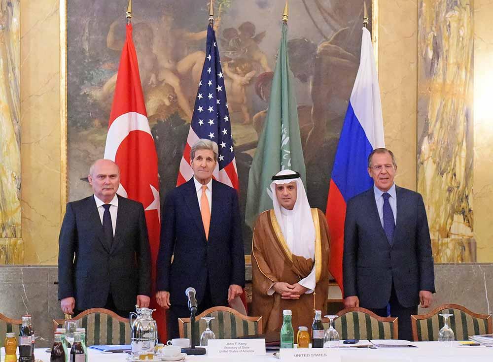 Министр иностранных дел Турции Феридун Синирлиоглу, госсекретарь США Джон Керри, министр иностранных дел Саудовской Аравии Адель аль-Джубейр и министр иностранных дел России Сергей Лавров