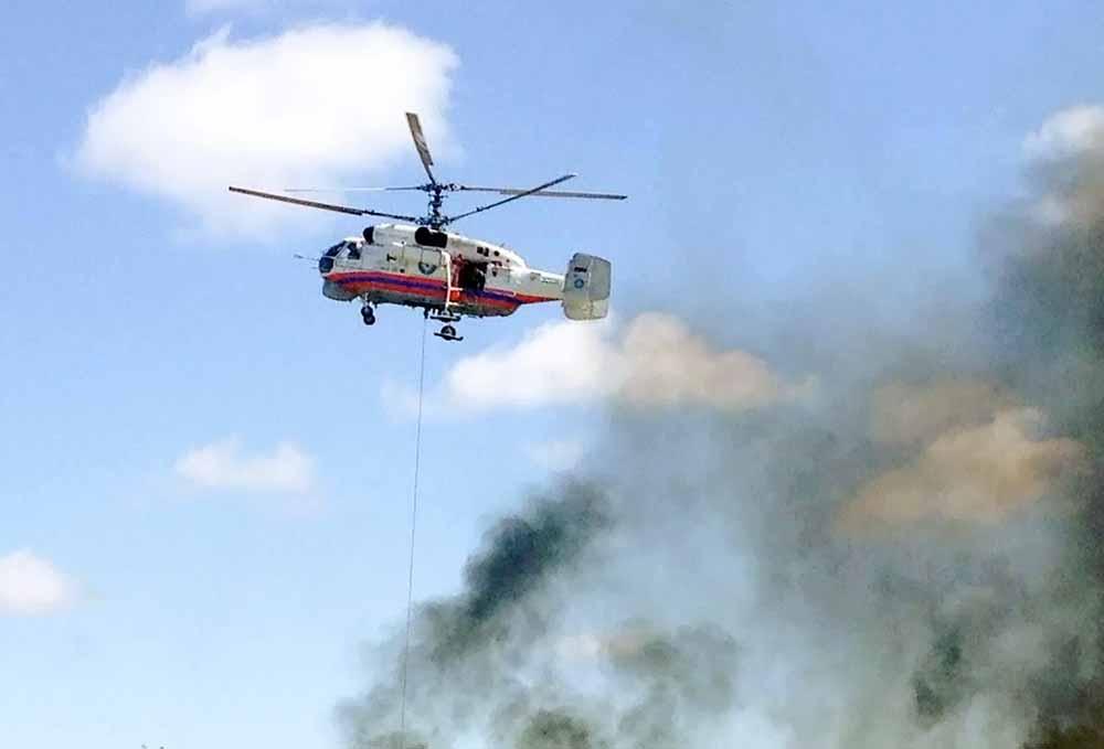 Вертолет МЧС тушит пожар