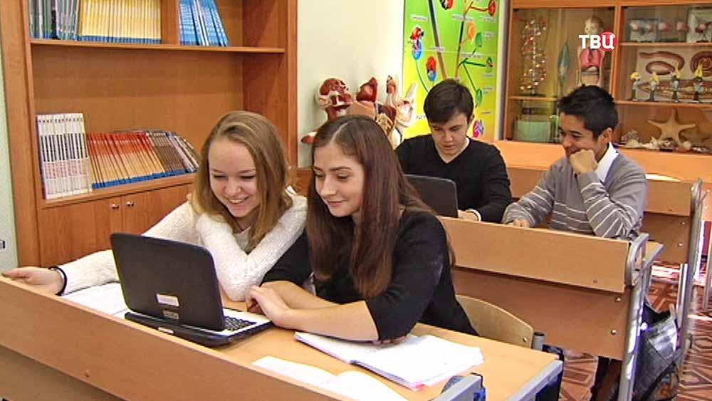 Школьники с электронными учебниками