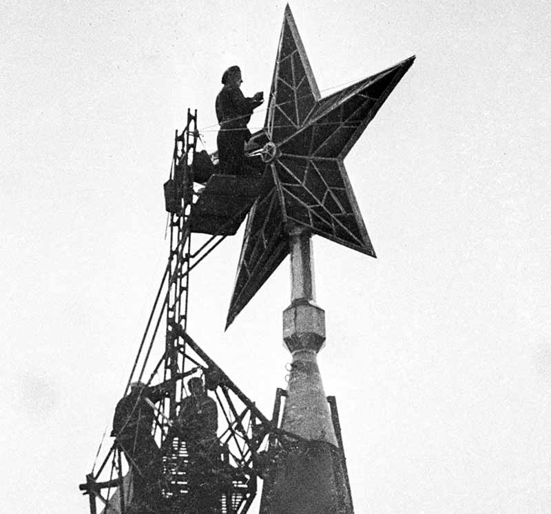 Рабочие ремонтируют кремлевские звезды