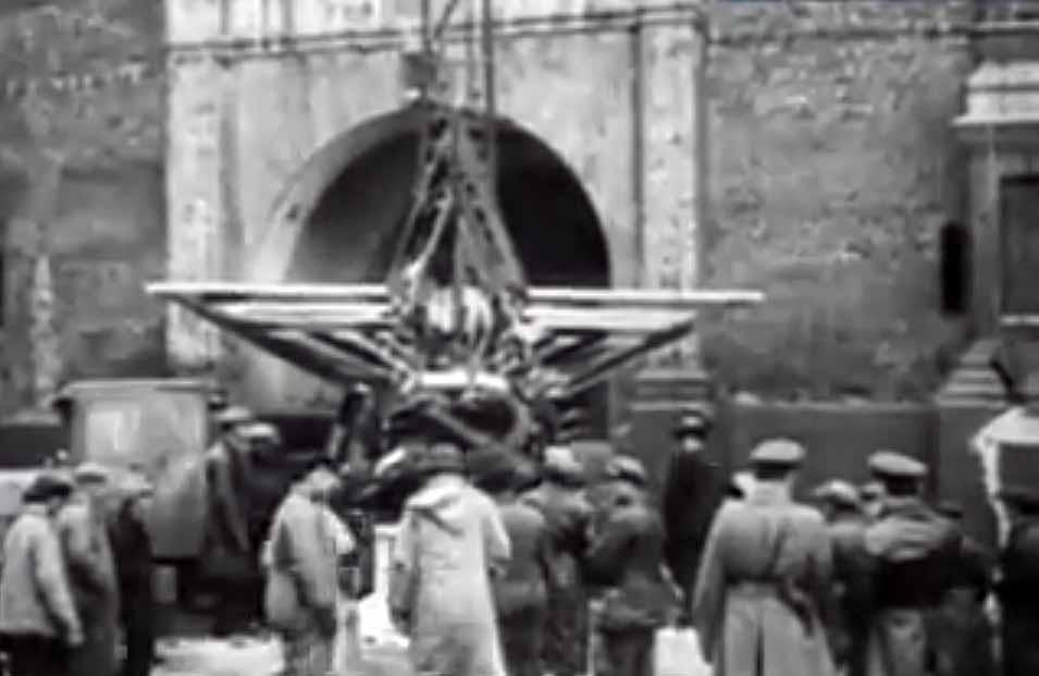 Установка первых кремлевских звезд