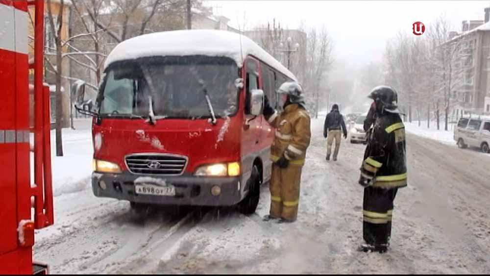 Спасатели устраняют последствия cнегопада в Хабаровском крае