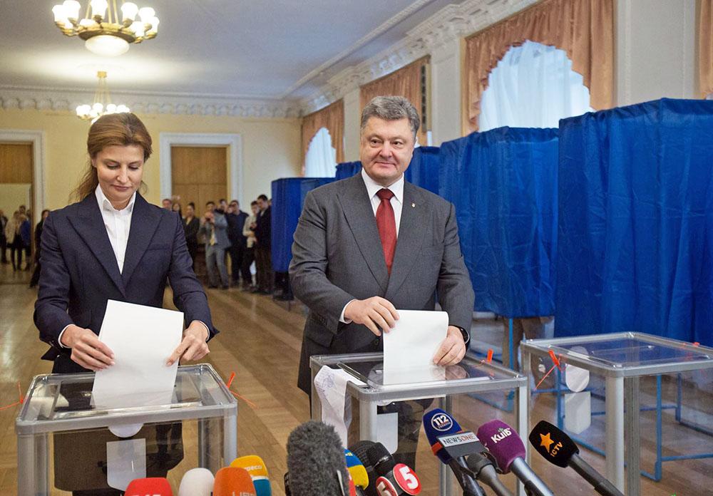 Президент Украины Пётр Порошенко с супругой голосуют на выборах