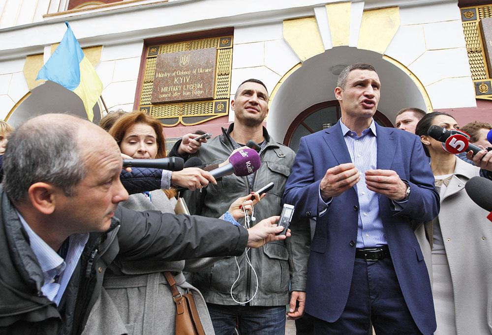 Виталий Кличко и Владимир Кличко общаются с журналистами