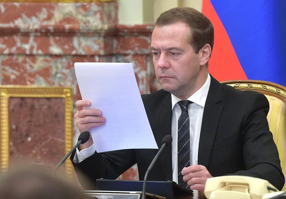 Председатель правительства России Дмитрий Медведев на совещании с членами кабинета министров РФ в Доме правительства РФ