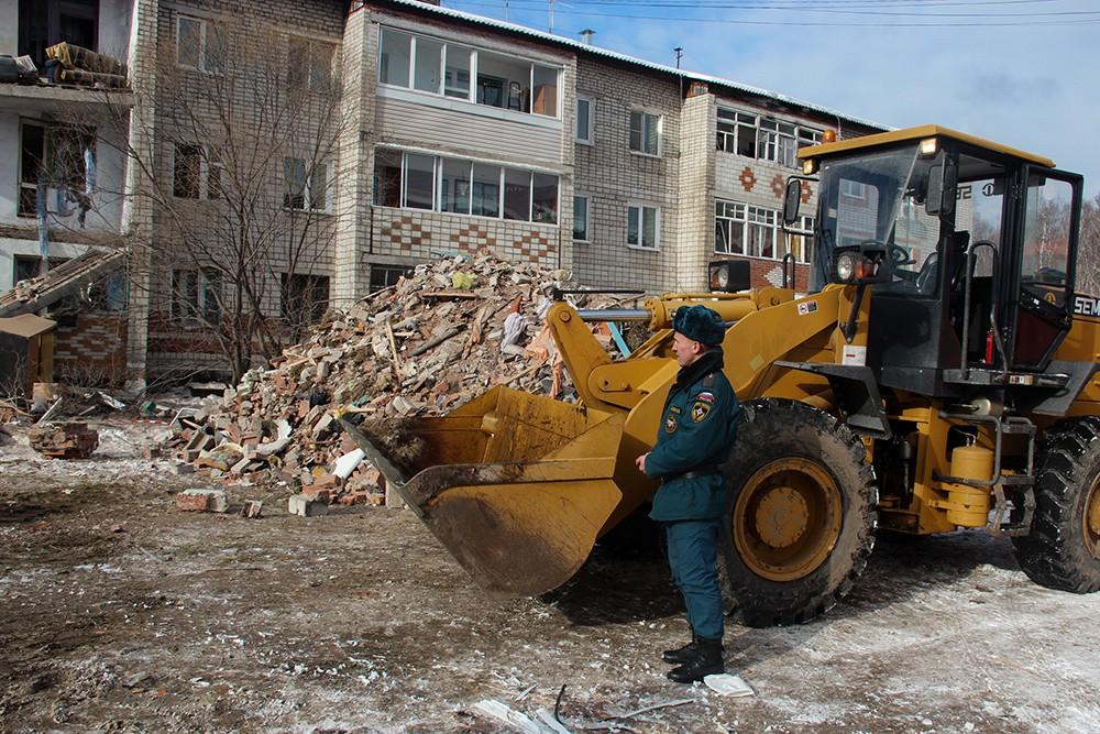 Сотрудник МЧС РФ у разрушенного в результате взрыва дома в поселке Корфовский в Хабаровском крае