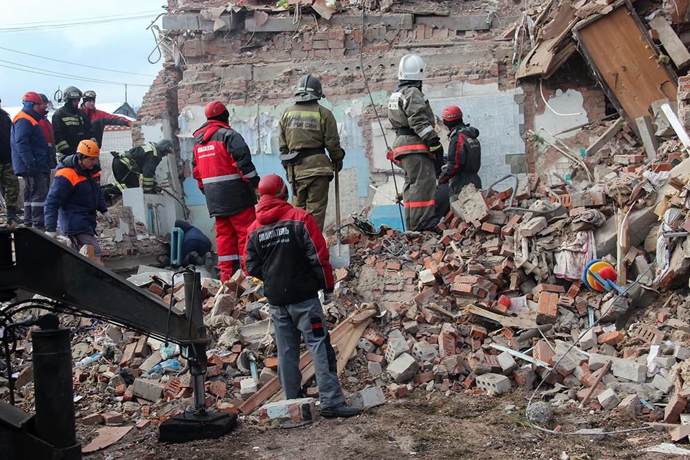 Сотрудники МЧС РФ у разрушенного в результате взрыва дома в поселке Корфовский в Хабаровском крае