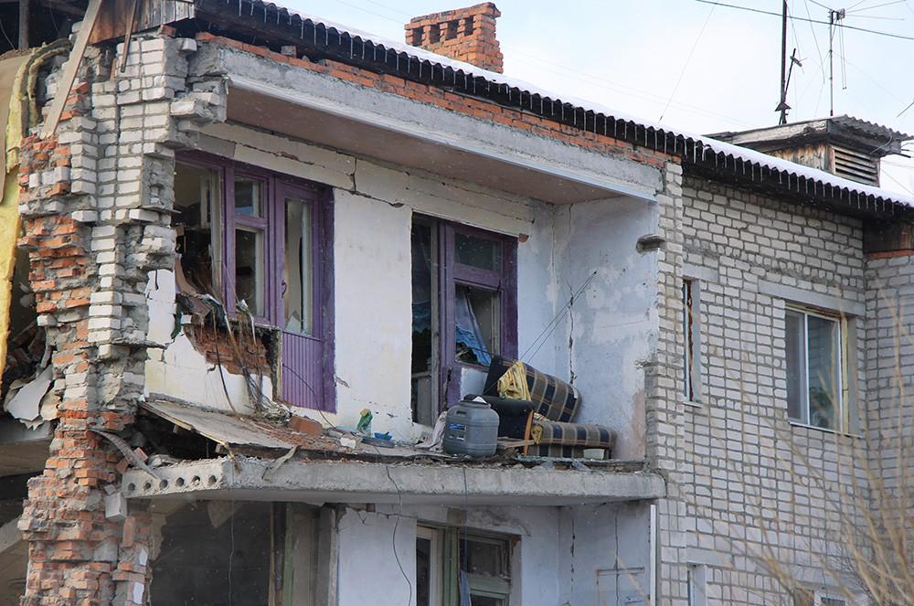 У разрушенного в результате взрыва дома в поселке Корфовский в Хабаровском крае