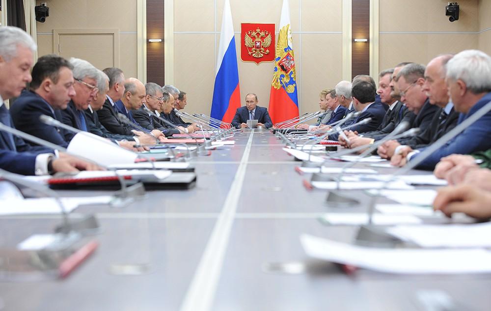 Президент России Владимир Путин проводит заседание Совета безопасности России