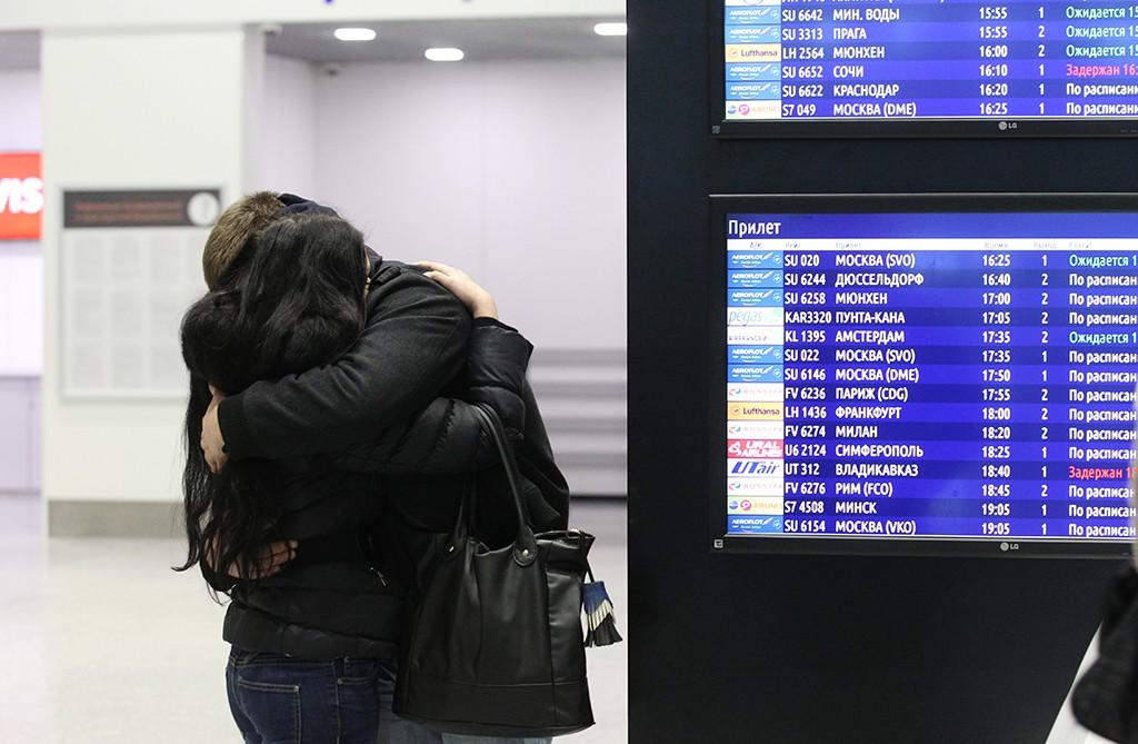 """Люди у табло прилета в аэропорту """"Пулково"""""""