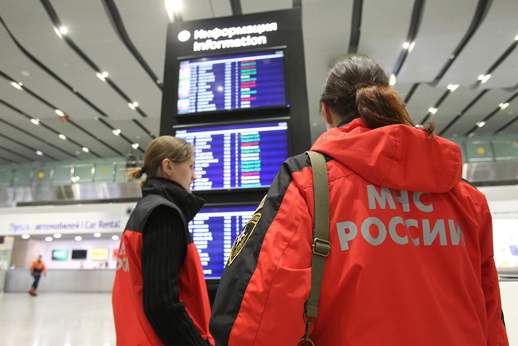 """Сотрудники МЧС в аэропорту """"Пулково"""""""